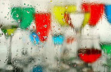 Цветной абстрактный фон.Капли стекающие по стеклу