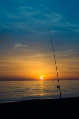 canna da pesca al tramonto