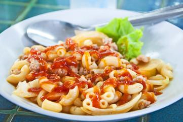 Fried macaroni with pork and tomato sauce