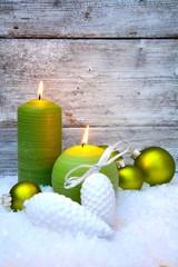 Weihnachtskarte - grüne Kerzen im Schnee