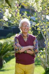 Anziano in piedi in giardino