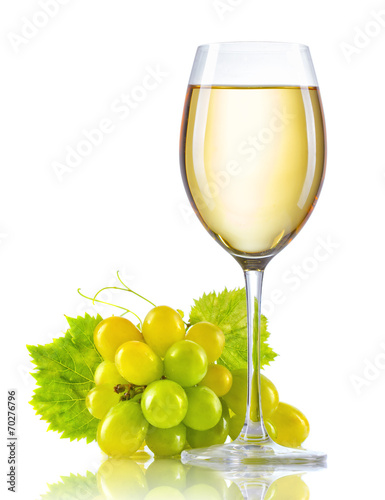 Poster Wijn Glass of white wine and a bunch of ripe grapes isolated