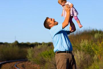 Vater wirft Kleinkind in die Luft