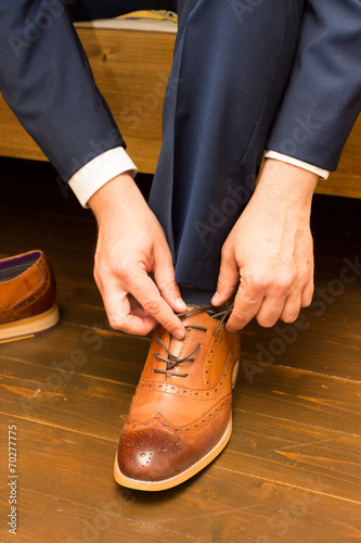 canvas print picture Groom ties shoes