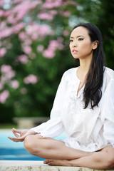 ragazza vietnamita in posizione yoga