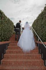 Mariés qui montent un escalier