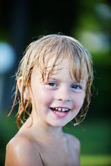 Bambino con capelli bagnati