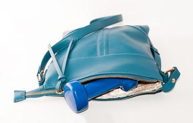 гантель внутри синей сумки