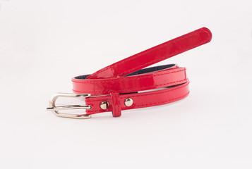 красный тонкий ремень с пряжкой