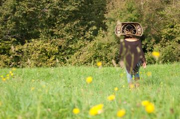 ragazza con sombrero che cammina