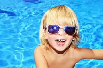 Ritratto di bambino in piscina