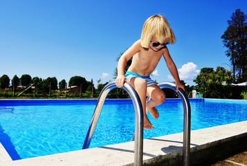 Bambino entra in piscina