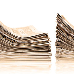 Zwei Stapel alter Zeitungen