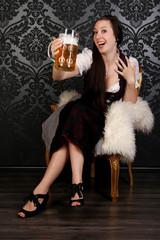 Hübsches Mädchen im Dirndl mit Bier