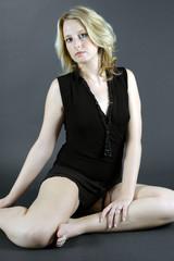 Hübsche Blonde Frau im Studio