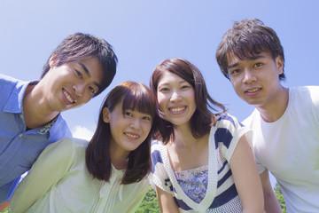 公園で微笑む若者達