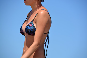 bella mujer en bikini