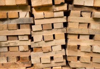 Aufgeschichtete Holzbalken