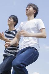 走る男子学生