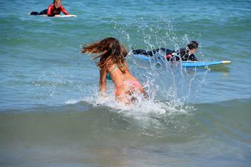 mujer bañandose en la playa