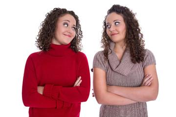 Freunde fürs Leben: Reale Schwestern isoliert auf Weiß