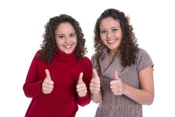 Zwillingsschwester isoliert in Pullover mit Daumen hoch Gestik