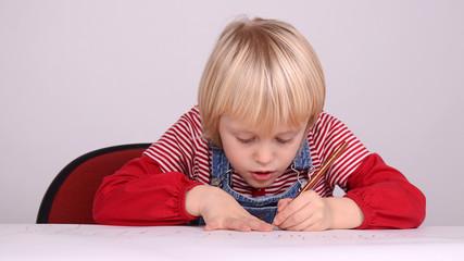 mädchen beim zeichnern