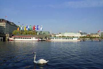 Binnenalster mit Schiffsanleger in Hamburg