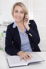 Ältere kompetente und erfahrene Geschäftsfrau am Telefon im Büro