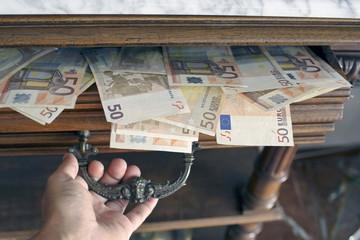Cajón lleno de billetes