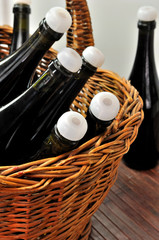 Cesto in vimini con bottiglie di vino