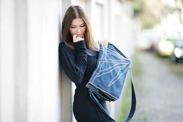 Frau mit Designertasche