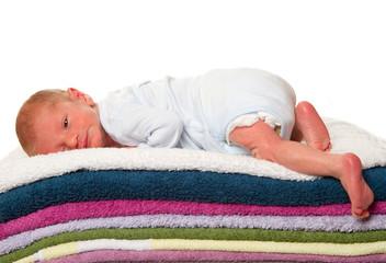 neonato sdraiato su asciugamani colarati