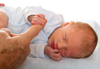 mano di nonno e nipote