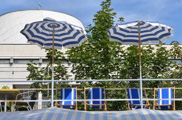 parasols et chaises longues