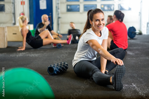 Staande foto Fitness Woman Doing Stretching Exercise At Cross Training Box