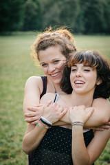 Giovane coppia di ragazze al parco
