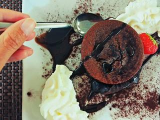 Mangiando un dolce al cioccolato