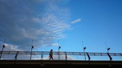 Mujer cruzando puente
