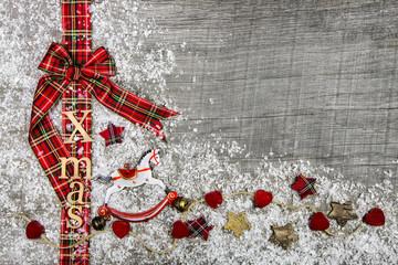 Weihnachtlicher Hintergrund oder Werbefläche mit Schleife rot