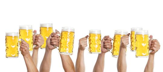 viele Hände mit Mass Bier gehen nach oben