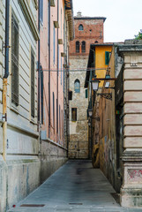 Vicolo vuoto libero, palazzi centro storico, strada