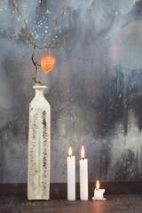 Stillleben : Vase mit Kerzen