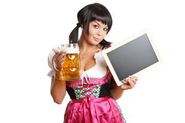 Frau mit Bierkrug und leerer Werbetafel