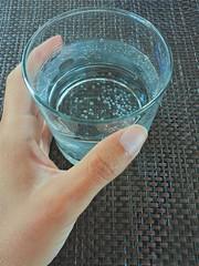 Bevendo un bicchiere di acqua