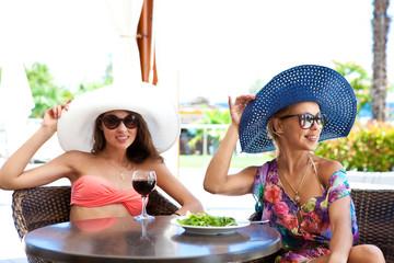 Две девушки в кафе на пляже