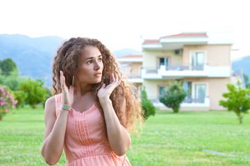девушка возле дома