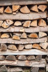 Bois de chauffage scié, empilé pour le séchage