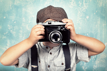 kleiner Junge mit Kamera - retro Stil