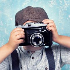 kleiner Fotograf übt fotografieren